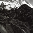 Jan Fabre Mount Everest, Nuptse & Lohtse, Himalaya 1989 From the series / dalla serie: Mountain tops Ballpoint pen on black-and-white photo / Penna a sfera bic su stampa fotografica 20 x 29cm / framed: 42,5 x 53 cm